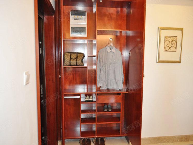02/ 14 衣橱 进门处一个嵌入式的衣帽壁橱,可以讲大衣和外套挂在里面图片